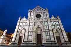 Vue de face de basilique Santa Croce dans la nuit pluvieuse Photos stock