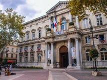 Vue de face de l'hôtel De Ville dans la place principale d'Avignon Images libres de droits