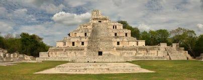 Vue de face de la pyramide principale Edzna maya. Images libres de droits