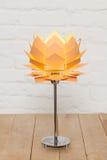 Vue de face de lampe de table conceptuelle beige photographie stock