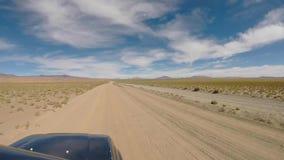 Vue de face de outre du véhicule routier conduisant dans le désert d'Atacama banque de vidéos