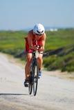 Recyclage femelle professionnel de triathlete d'Ironman Photographie stock