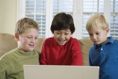 Vue de face de trois garçons mignons Images stock