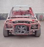 Vue de face de vieille voiture rouillée rouge Photographie stock