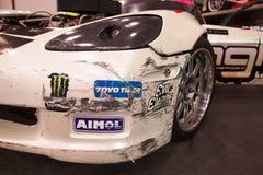 Vue de face de voiture de course avec le pare-chocs cassé Images libres de droits