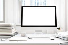 Vue de face de workpark avec l'écran d'ordinateur, la tasse de café, et le livre blancs vides dans le travail de maison d'apparte Photographie stock