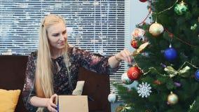 Vue de face des boules accrochantes de jolie femme sur l'arbre de Noël banque de vidéos