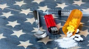 Vue de face des comprimés de tueur de douleur d'opioid avec la seringue, allumeur a images libres de droits
