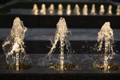 Vue de face des fontaines brillant pendant la nuit Nuit dans la ville photographie stock libre de droits