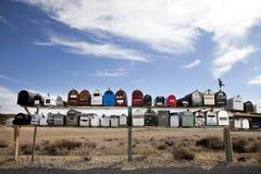 Vue de face des rangées des boîtes aux lettres dans le désert Photographie stock libre de droits