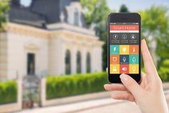 Vue de face directement d'un smartphone avec l'application à la maison futée Photos libres de droits