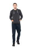 Vue de face du jeune homme sûr dans les vêtements de sport marchant avec des mains dans des poches Images stock