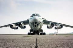 Vue de face en gros plan de grand avion de cargaison dans un aéroport brumeux Images libres de droits