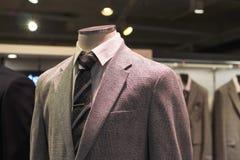 Vue de face en gros plan de veste grise, dans le magasin d'habillement des hommes photo stock