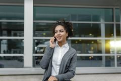Vue de face de femme d'affaires heureuse se reposant sur le banc Image libre de droits