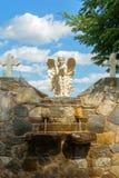 Vue de face de fontaine dans la cour d'église image libre de droits