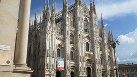 Vue de face 4k Italie de sortie de galerie de cathédrale de duomo de jour ensoleillé de Milan banque de vidéos