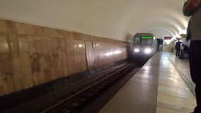 Vue de face de l'arrivée du train à la station de métro de Moscou Aviamotornaya clips vidéos