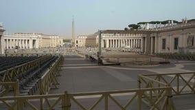 Vue de face de la basilique de St Peter à Ville du Vatican Italie avec un bon nombre de chaises dehors pour que les personnes éco banque de vidéos