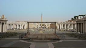 Vue de face de la basilique de St Peter à Ville du Vatican Italie avec un bon nombre de chaises dehors pour que les personnes éco clips vidéos