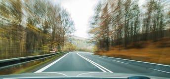 Vue de face de la route de route passant le côté de pays à l'intérieur de t photographie stock