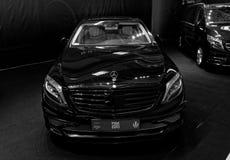 Vue de face de limousine de luxe de Mercedes Benz Photographie stock libre de droits