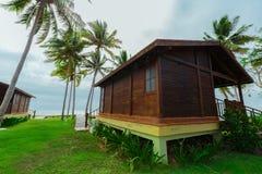 Vue de face magnifique de maison de pavillon se tenant près le de l'océan dessus au-dessus du jour moulé Images libres de droits