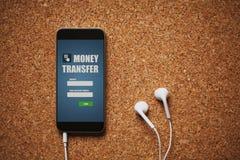 Vue de face de téléphone portable avec le transfert d'argent APP dans l'écran, les écouteurs blancs, et l'espace de copie, sur un image libre de droits