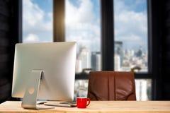 Vue de face de tasse et ordinateur, smartphone, et comprimé image libre de droits