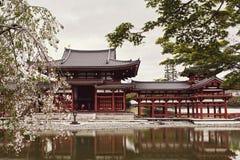 Vue de face de temple de Byodoin de l'autre côté d'un étang image stock