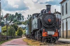 Vue de face de vieux train avec le ciel dramatique image libre de droits