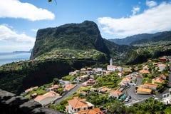 Vue de Faial et de la roche de guia ou d'aigle de  de Penha de Ã, Madère, Portugal Photographie stock