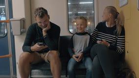 Vue de famille heureuse dans le voyage ferroviaire utilisant le smartphone, Amsterdam, Pays-Bas banque de vidéos