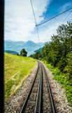 Vue de fenêtre : chemin de fer voie vers le bas la station de Rigi Kulm, luzerne, Suisse Photo stock