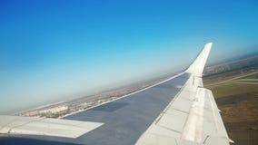 Vue de fenêtre d'aile d'avions tandis qu'avion décollant de l'aéroport banque de vidéos