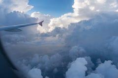 Vue de fenêtre d'avion des nuages d'orage au-dessus de l'Allemagne centrale photos libres de droits