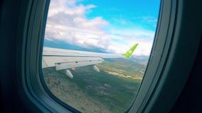Vue de fenêtre d'avion sur une mer pendant l'atterrissage clips vidéos