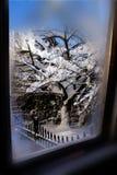 Vue de fenêtre du pays des merveilles d'hiver Images stock