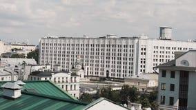 Vue de fenêtre sur des façades du grand nouveau haut bâtiment blanc et du ciel nuageux banque de vidéos