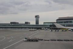Vue de fenêtre sur l'aéroport L'aéroport de Hong Kong Photo stock