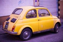 Vue de Fiat jaune Cinquecento Image stock