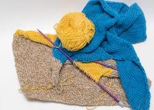 Vue de fil coloré et de métier de tricotage de coton d'aiguilles sur le gris Images libres de droits