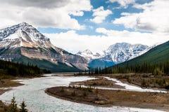 Vue de fin de rivière d'Athabasca avec le champ de glace de Colombie Photos libres de droits