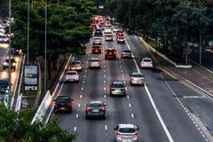 Vue de fin de l'après-midi d'une grande avenue à Sao Paulo, Brésil Photos stock