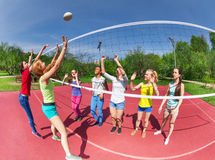 Vue de Fisheye des adolescents jouant le volleyball Photographie stock libre de droits