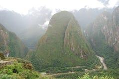 Vue de fleuve et de la côte Putucusi d'Urubamba. Le Pérou Photos libres de droits