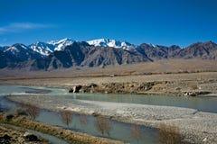 Vue de fleuve Indus, Leh-Ladakh, Jammu-et-Cachemire, Inde Image stock