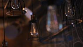 Vue de focalisation d'ampoule inéclairée accrochant sur le plafond clips vidéos