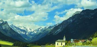 Vue de fond d'une belle église chrétienne dans un village au Tyrol Photo stock