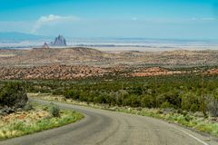 Vue de formation de roche de Shiprock au Nouveau Mexique du passage de montagne de Lukachuka photo libre de droits
